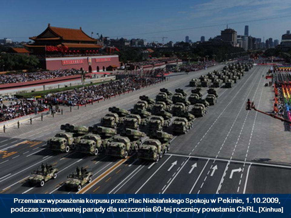 Przemarsz wyposażenia korpusu przez Plac Niebiańskiego Spokoju w Pekinie, 1.10.2009, podczas zmasowanej parady dla uczczenia 60-tej rocznicy powstania ChRL, [Xinhua]